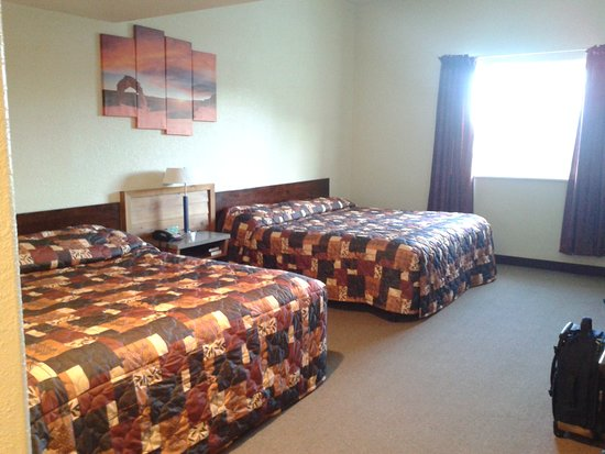 Cannonville, UT: Grand Staircase Inn 2 King size bed room.