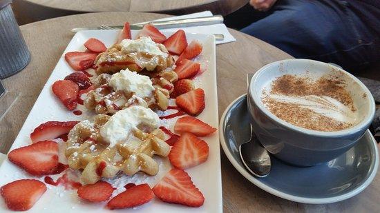 Deep Cove, Canada: waffle com chatily e morangos...café Orso