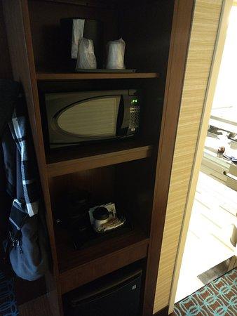 Fairfield Inn & Suites Utica: Fridge, microwave and coffee maker in room