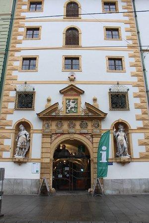 Landeszeughaus: 観光案内所と併設の武器博物館は、大通りに面しています。