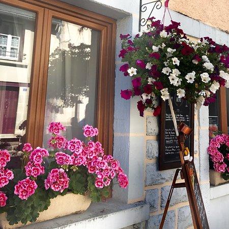 Egliseneuve-d'Entraigues, Frankrike: Les fleurs de la façade l'été