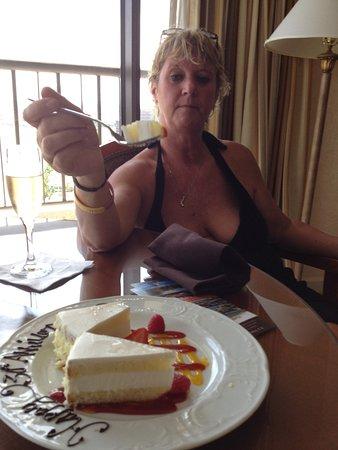 เออร์วิง, เท็กซัส: Anniversary cake.