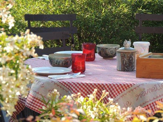 Mantenay-Montlin, France: petit déjeuner dans le jardin