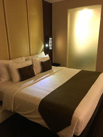 Chambre double avec lit king size. - Picture of Swiss-Belresort Watu ...