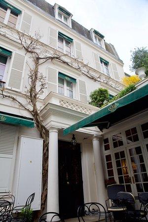 Hotel Duc de Saint Simon: the entrance