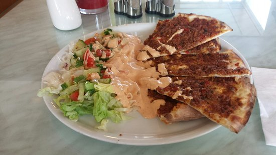 Gottmadingen, Almanya: Lahmacun mit Salat und Sosse