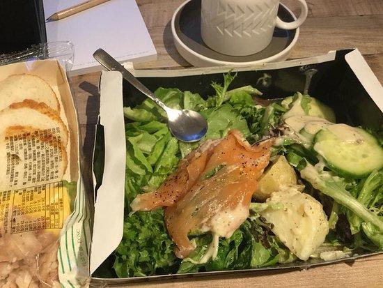 他們的餐具和咖啡杯讓人愛不釋手。沙拉是機場pret a mager 帶回的。