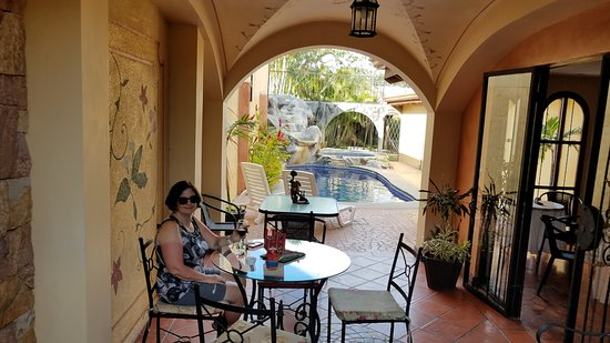 Casa Primo CR: Comfortable courtyard patio and pool area catches the March breeze.