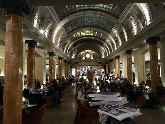 Charming Belga Queen: Der Innenraum Des Restaurants In Der Alten Bank Ist  Atemberaubend