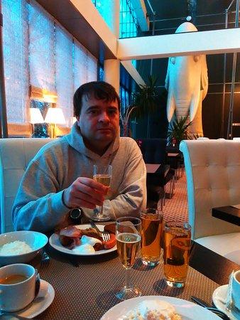 Шампанское на завтрак,всем гостям отеля.