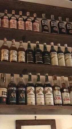 Subbiano, Italia: La collezione di bottiglie