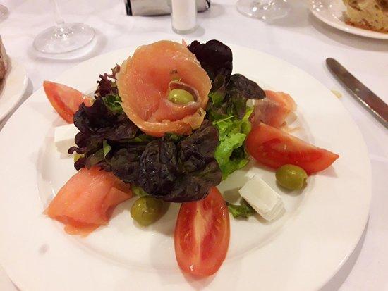 Hotel Spa Galatea: Ensalada de salmón y queso