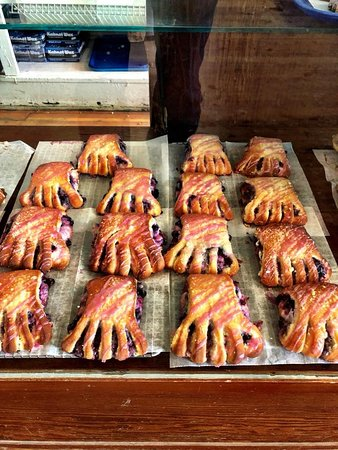 Polebridge, Монтана: Huckleberry bear claw - a taste of heaven!