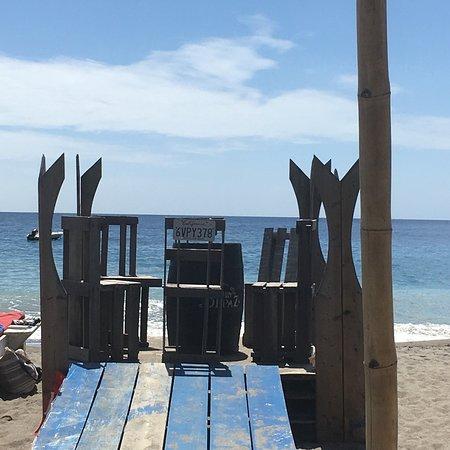Un bar restaurant créole les pieds dans l'eau sur la plage du Carbet, au top!!!...