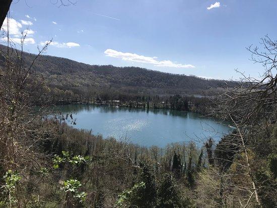 Монтеккьо-Баньи, Италия: Foto del lago dall'inizio della salita verso l'Abbazia 2