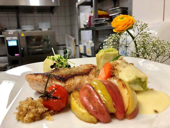 Kleehof in der Gaertnerstadt: Gebratenes Zanderfilet mit Petersiliencannelloni, geröstetem Apfel und Zitronen-Butter-Brösel