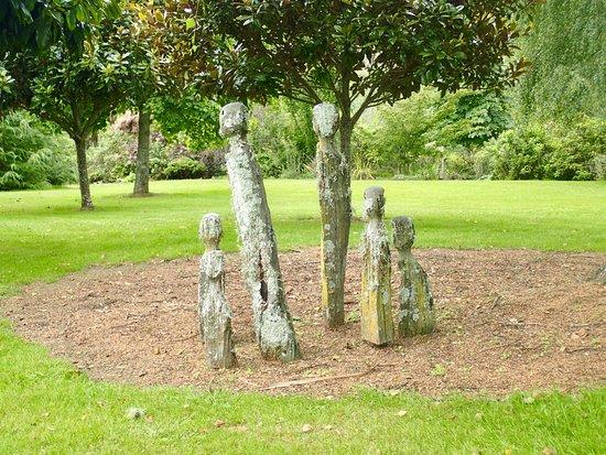 Ngatimoti, Νέα Ζηλανδία: Wood sculptures on the grounds...