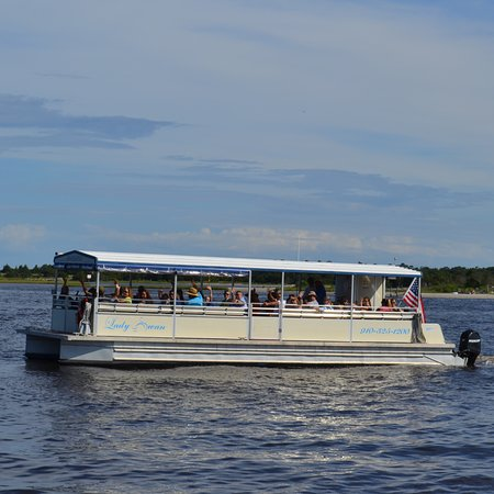 Swansboro, NC: Lady Swan Cruising the waterway.