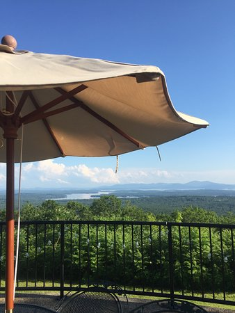 Moultonborough, Nueva Hampshire: Lazy summer afternoon on the Carriage House Terrace.