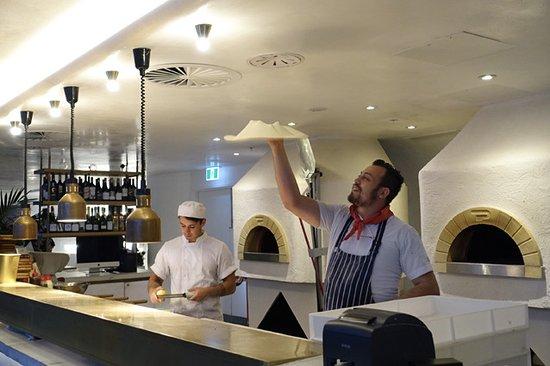 Planar Restaurant: Pizza twirling