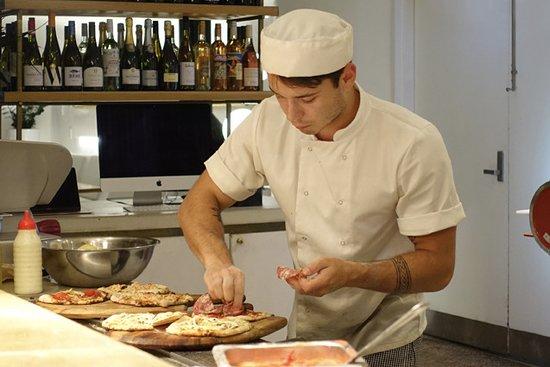 Planar Restaurant: Dressing pizza