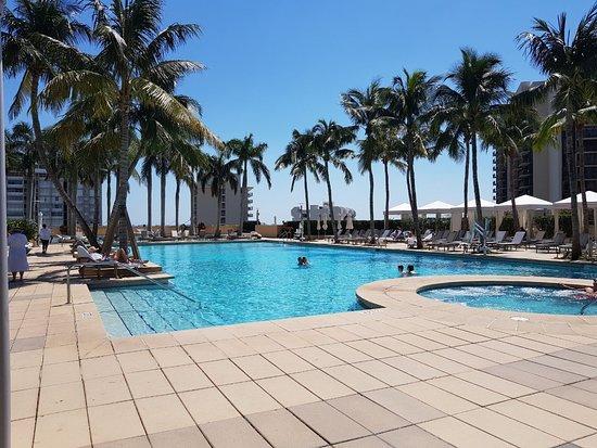 Four Seasons Hotel Miami: The pool.