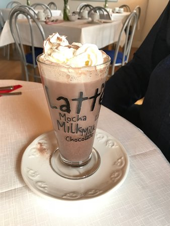 Wishing Well Tearoom: Hot chocolate with cream