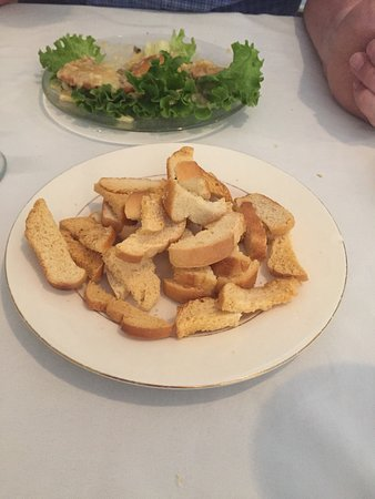 Robertsdale, อลาบาม่า: Crostini type bread brought to table before the meal for munching