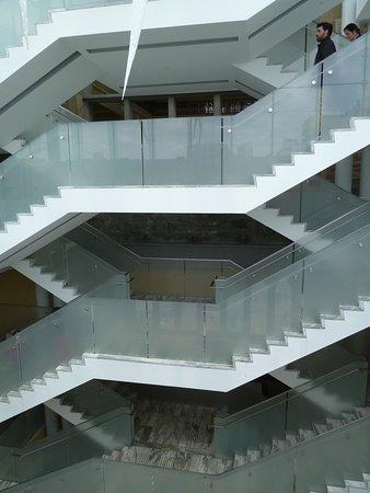 Ottawa, Canadá: Escalier de l'entrée. Architecture réussie !