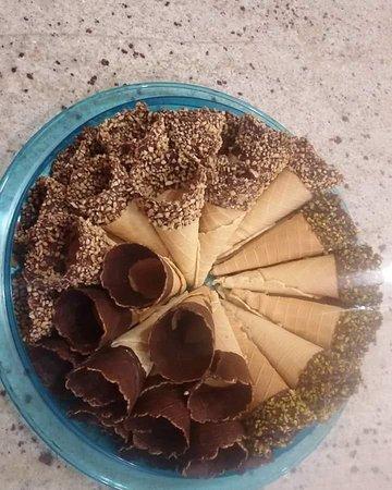 Cialda artigianale con cioccolato, granella nocciola, granella pistacchio.. e miscelato preparat
