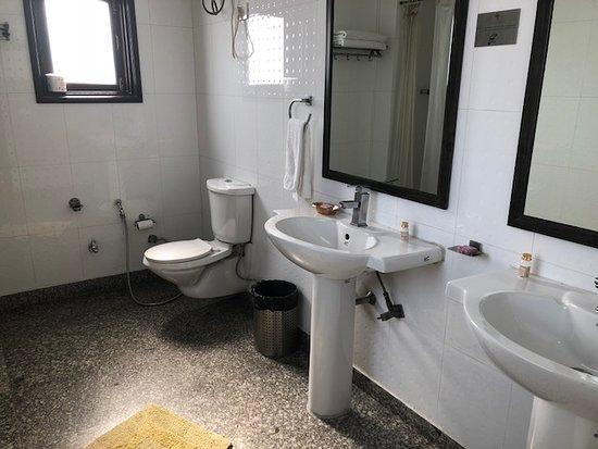 Shanti Home: Western style bathroom in Konark room