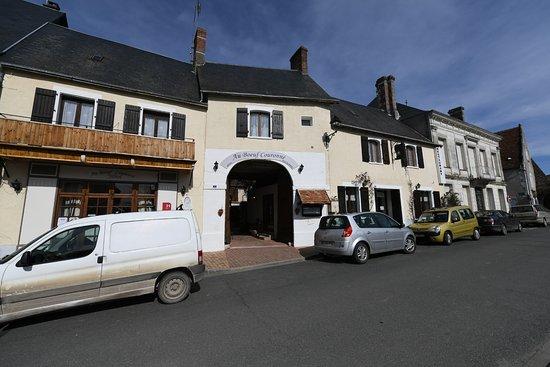 Mezieres-en-Brenne, Γαλλία: vue du restaurant sur la place