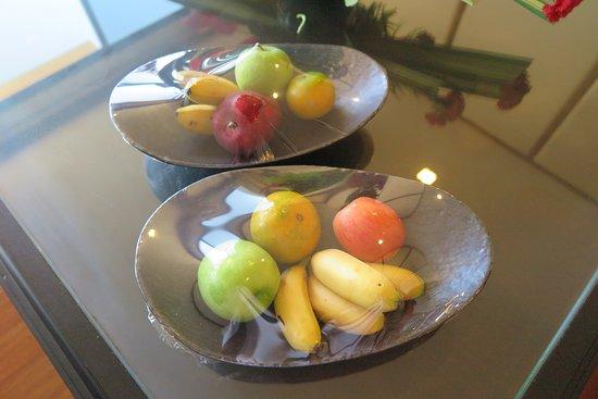 Dusit Thani Pattaya: มีชุดผลไม้สดตามฤดูกาลและช็อคโกแลคแสนอร่อยบริการฟรีบนโต๊ะที่ห้องรับแขกครับ