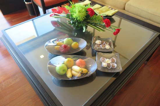Dusit Thani Pattaya: มีชุดผลไม้สดตามฤดูกาลและช็อคโกแลคแสนอร่อยบริการฟรีบนโต๊ะที่ห้องรับแขกครั