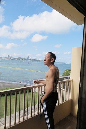 Dusit Thani Pattaya: ทัศนียภาพจากห้องพักเปิดประตูด้านหลังออกมาเจอวิวทะเลที่สวยมากๆครับ