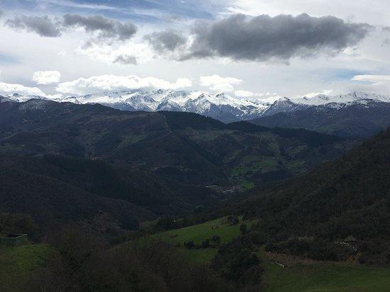 Cahecho, Hiszpania: Vista desde la terraza y partking del restaurante