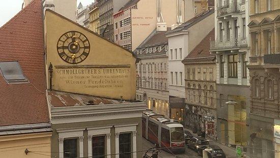 Hotel Sans Souci Wien: Utsikt fra 219...mye støy fra trikken som stopper rett utenfor vinduene