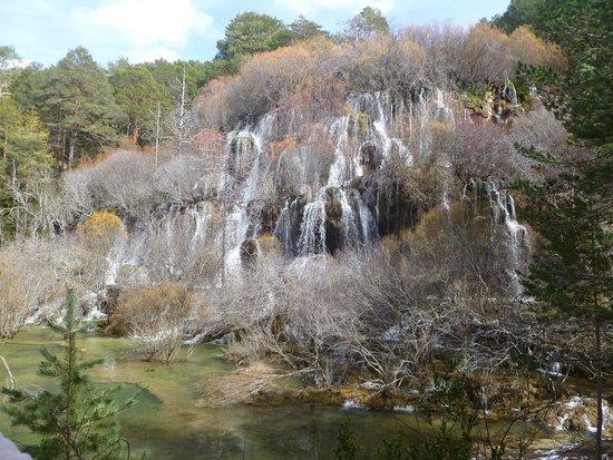 Detalle de la cascada con su poza