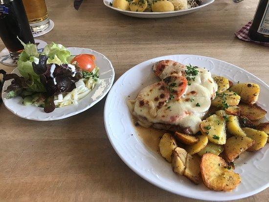 Altes Braeuhaus: Bayerwaldschnitzel mit Salat
