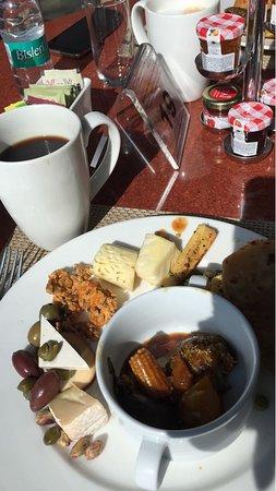 Vivanta By Taj Whitefield: Breakfast offers you a bit of everything