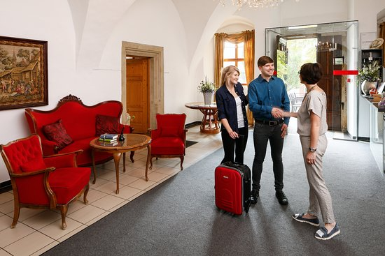 """Auerstedt, ألمانيا: Rezeption und Foyer des Restaurant """"Reinhardt's im Schloss"""""""