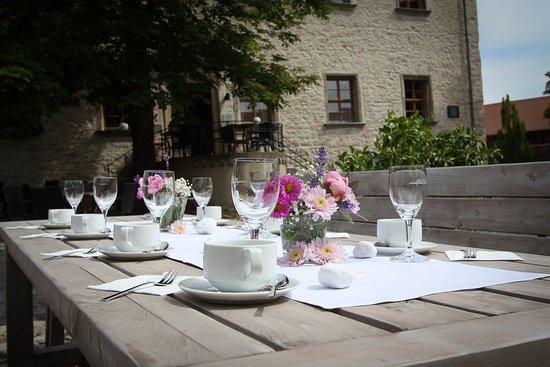 Auerstedt, ألمانيا: Kaffeetafel im Schlosshof