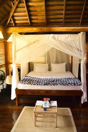 Acajou Hotel : The minimalist four poster bed.
