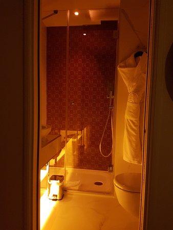 Hotel Dress Code & Spa: Amber lit bathroom