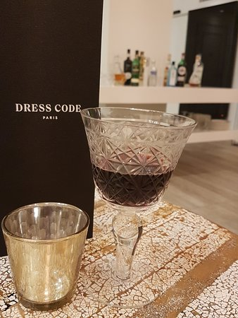 Hotel Dress Code & Spa: Even the wine glasses were carefully chosen for the honesty bar.