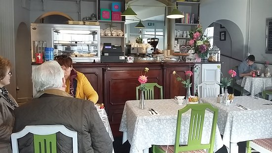 Эннис, Ирландия: Front dining area. Arch through to back room