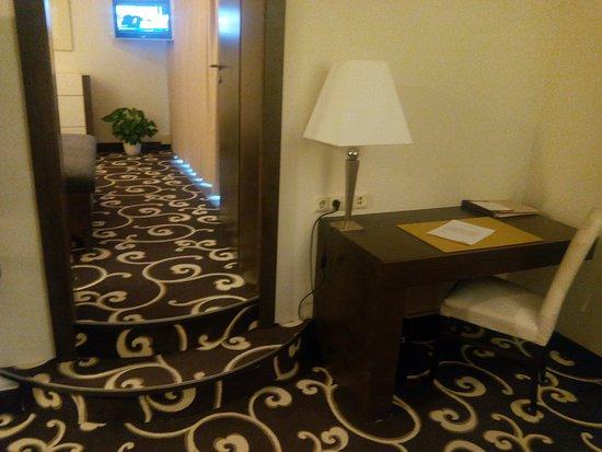 Grand Hotel Bohemia: Вид на вход в спальню