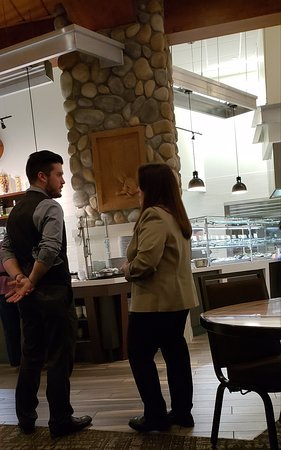 Suquamish, Вашингтон: Sandra and Sean standing in the dining area having a discussion within earshot of customers