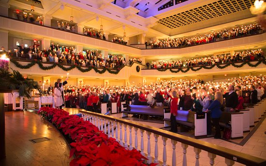 Plano, Teksas: Christmas Eve worship at St. Andrew draws thousands for services that last throughout the day.