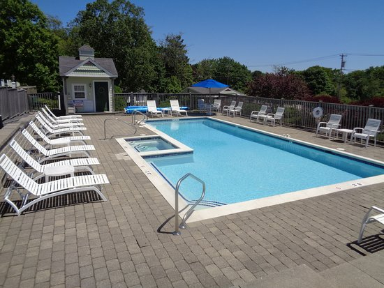 Seascape Motel and Cottages: Our heated pool and spa await you!